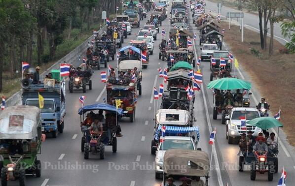 Here's that farmer's convoy (Nakhon Sawan, Uthaithani, Chainat, Ang Thong) that I mentioned last night http://t.co/QXDH6V2dgI