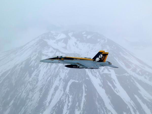 あたまを雲の上に出し 四方(しほう)の山を見おろして かみなりさまを下にきく ふじは日本一の山  青空高くそびえたち からだに雪のきものきて かすみのすそを遠くひく ふじは日本一の山 pic.twitter.com/1BNMscpxT6
