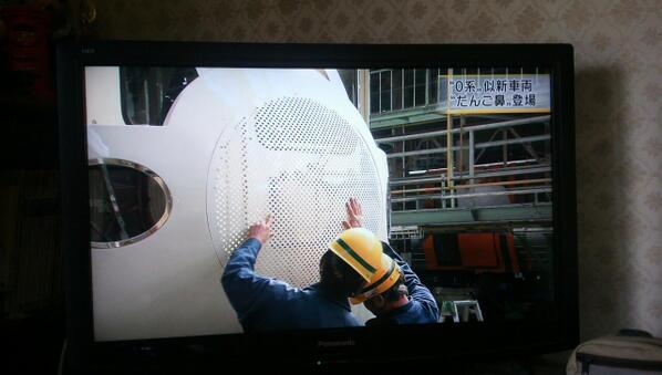 予土線の例の新幹線はJR四国多度津工場で製造されておりまして、連日香川のローカルニュースに取り上げられております。今日は鼻がついたという話題でした。皆さん楽しみにしてくださいね。 http://t.co/5HTttIw1lz