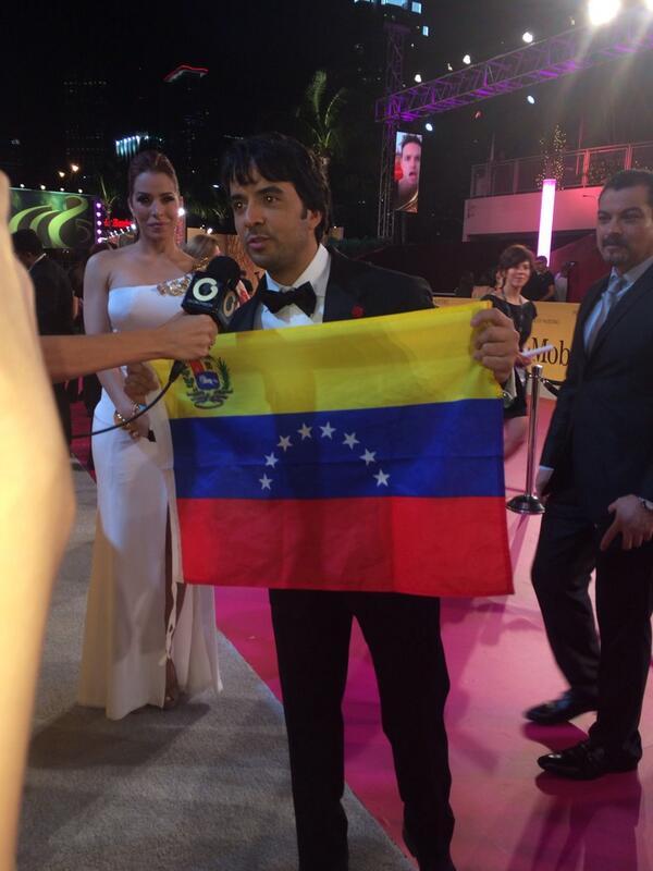 ¡ @luisfonsi apoyando a #venezuela desde la #alfombraroja en @premiolonuestro ! http://t.co/G2mhxDNrgn