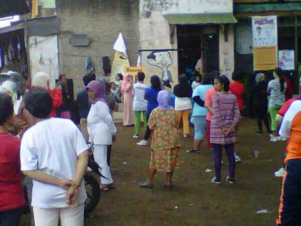 Ibu Runingsih sedang berkampanye di Kebonpisang Sumur Bandung