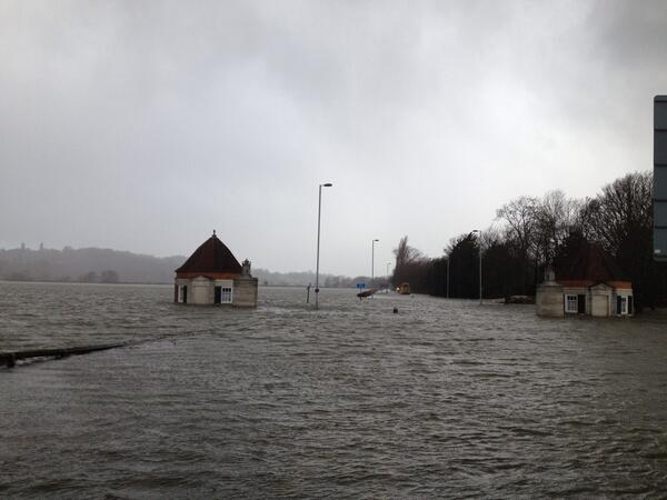 FLOODING: The rain has started again in #Egham and this is the scene at Windsor Road #flood http://t.co/xxoVRcmWVE