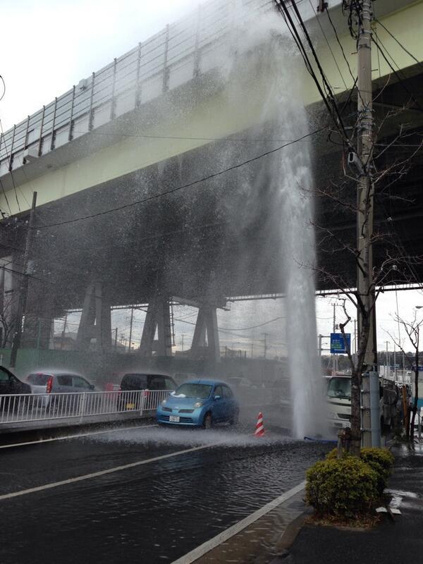 第三京浜下がヤバイことになってるっっ!横浜市都筑区山田 pic.twitter.com/yfV3plRSzP