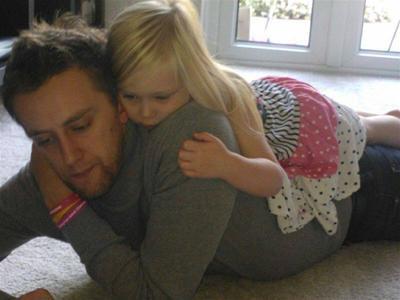 BREVET RÖR TILL TÅRAR. Döende pappans brev med livsråd till sin femåriga dotter. Läs det här. http://t.co/bv7NnyX6id http://t.co/CxRLzJ3Ajp