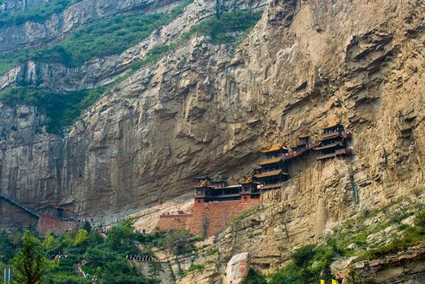 大同市の懸空寺。北魏の491年より建造が始められた、仏教・道教・儒教の三つの寺院(山西省)