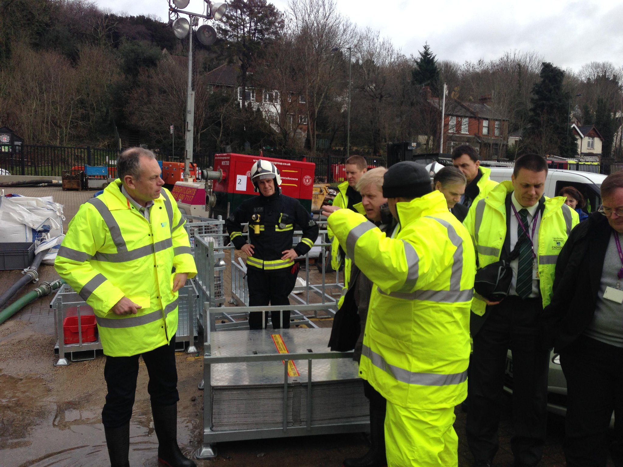 In Kenley this morning inspecting ongoing flood defence preparations–all agencies doing impressive work across Ldn http://t.co/VYYUtwMEt5