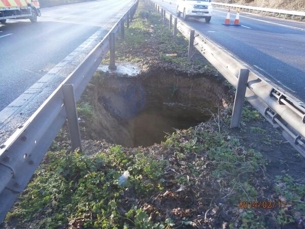 The M2 in north Kent has been shut after a 50ft-deep hole appeared in the central reservation http://t.co/FQXOf4paZP http://t.co/0dOTOhxDIy