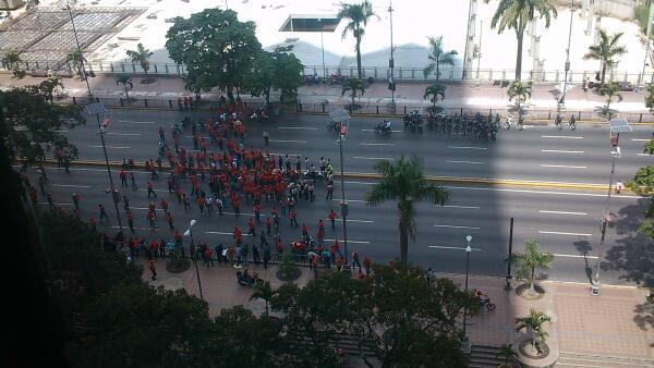 Empleados de PDVComunal protestando en Parque Central. La AV Bolívar está trancada #caracas http://t.co/YFESCBamQK