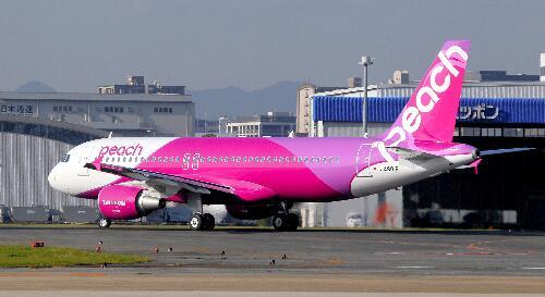 関空着→フォルラン「すごい!セレッソにはピンク色のクラブ専用機も有るのか!」→乗り換え→そして福岡へ http://t.co/dzpS7QGG0j