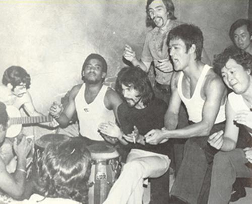 Ensayo de la comparsa de Bruce Lee LA NINJA DE MIS OJOS durante la grabación del programa EL RITMO DEL SHANGAI http://t.co/UxVYlNtHyF