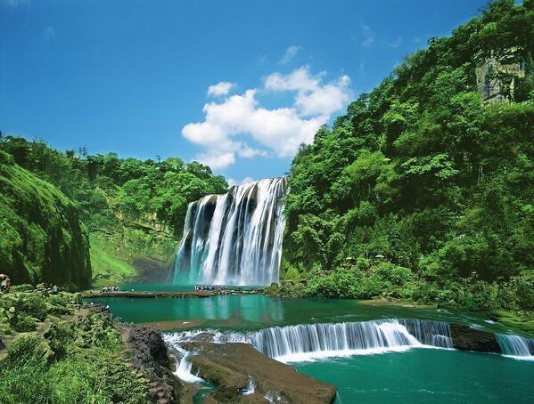 黄果樹瀑布。高さ74mの巨大な滝で、十数本の滝が列になっており幅は101mにもなる。中国国内最大かつ、世界屈指の巨大な滝の一つでもある。「世界で最大な瀑布群」としてギネスにも登録されている(貴州省)