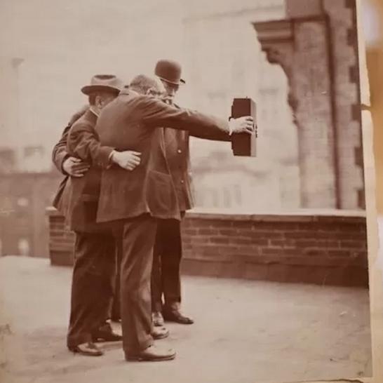 Selfie 1.0. Weinig is echt nieuw..... http://t.co/mq2eooRP88