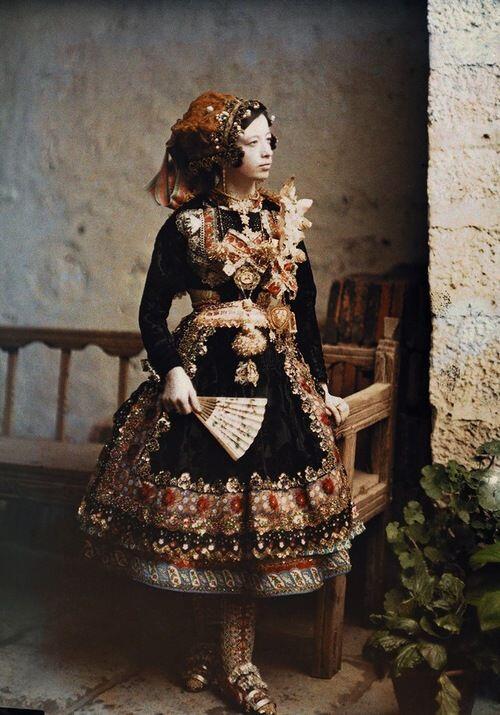 1926年(または1914年)、スペインのラガルテラで撮影されたカラー写真。 ラガルテラは現在も刺繍で有名な村。