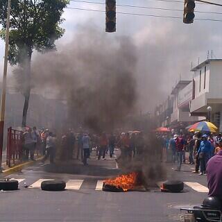 6 loquitos queman 4 cauchos y joden todo RT @mauxi1  59m Reportan disturbios en Valera http://t.co/0QOrr3jq44