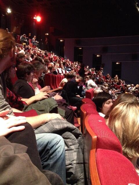 #GainsbourgMC donc tous ces gens sont qd même de grands admirateurs de #charlottegainsbourg pour être là ce soir 🙌 http://t.co/LJT1kWejCQ