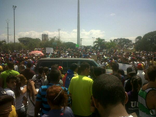 """@MARACAYINFORMA: via @jromansegovia: Concentracion de jovenes en la redoma del Obelisco en Maracay. http://t.co/ag7kP638AK"""