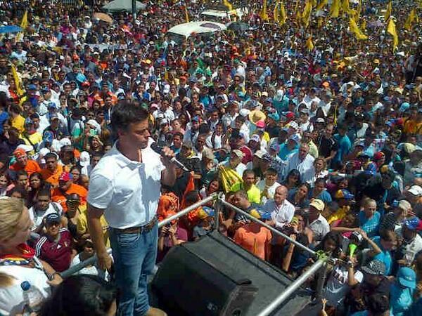 La lucha de los estudiantes es la lucha de todos. En plaza venezuela se ve la #Unidadenlacalle #12F http://t.co/9J98Dx6N75