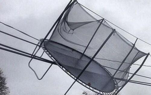 Deze verdwaalde trampoline is de reden waarom het treinverkeer op #L69 eerder vandaag problemen ondervond. #NMBS http://t.co/Q8T5vMHvgo