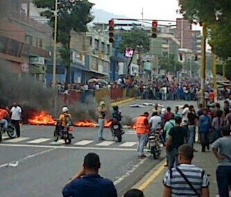 @jcajias: URGENTE Policia y GNB atacan a los estudiantes con perdigones en Valera - Trujillo http://t.co/EY2G8ID9c3