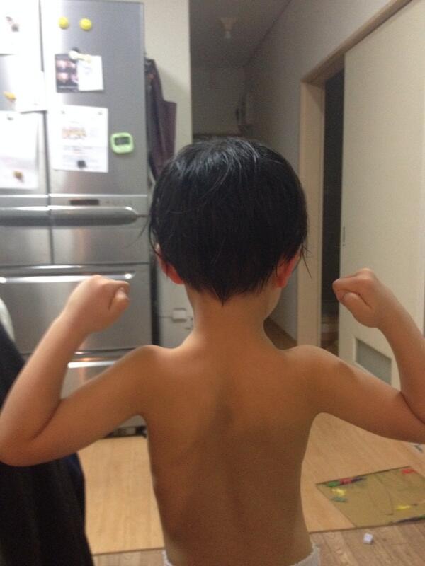 5歳の息子が写真を撮ってくれと言うので撮ってやった。見せろと言うので見せると息子は舌打ちをして「まだ全然足りねぇな、筋肉」と言った。「筋肉付けて何になりたいんだよ?」と尋ねると、息子は答えた「寿司屋だよ、カッパ寿司」 pic.twitter.com/ErcLl92L4b
