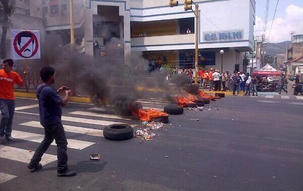 Imagen: #AHORA Disturbios en #Varela, #Trujillo #2F Vía @superconfirmado http://t.co/2AZVVGP8jM