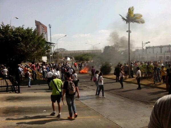 """@MaribelHG: Nos están disparando en Urb Base Aragua #Maracay la PB esta disparándonos para dispersarnos @gfrias  http://t.co/vhFhtQQTxC"""