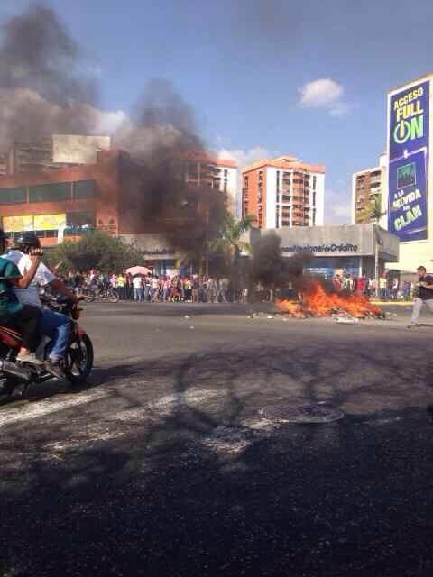 """@PattyPoleo Policía de Aragua disparando y pateando estudiantes en Las Delicias, Maracay.  @GVcensurado http://t.co/qhQTlLqsV6"""""""