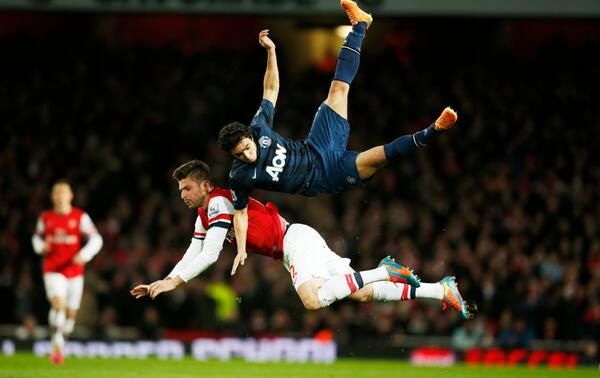 Man Uniteds Rafael suffered concussion after horrible awkward landing with Giroud [GIF & Pics]