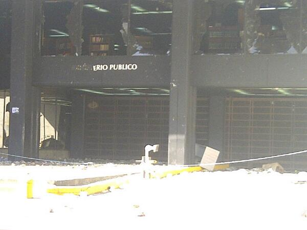 Fachada de fiscalia destruida http://t.co/3nbzGADVpa