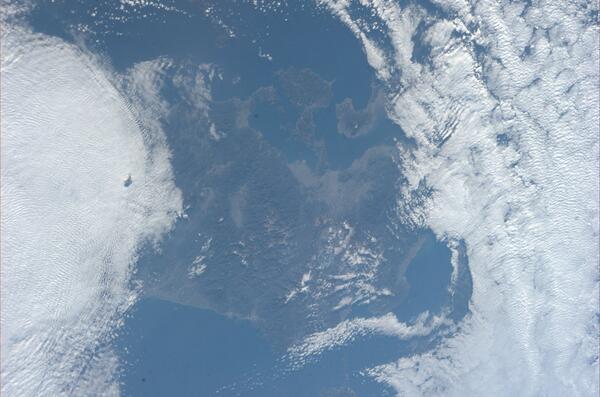 今日、九州上空から撮影した写真です。左のほうに桜島の噴煙も見えます。 pic.twitter.com/SVvm5ge9ax