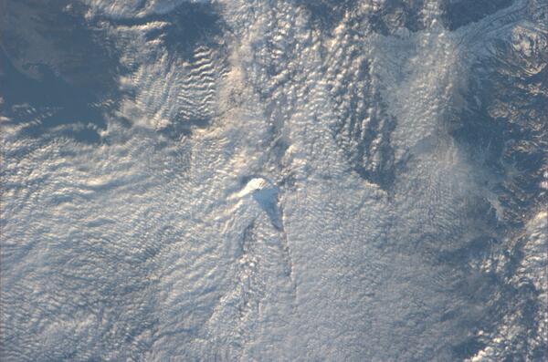 今日の富士山。頂上が雲から顔を出しているのは軌道上からも見えました。 pic.twitter.com/QW7zZqYC6o