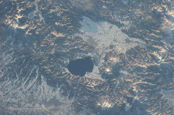 澄んだ空気に包まれた、夕暮れ前の猪苗代湖上空から撮影した写真です。 pic.twitter.com/SlnaLKkZbD