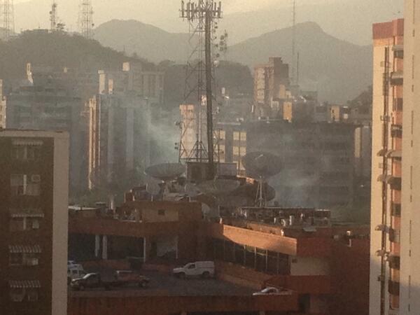 Base aragua maracay en en este momento bajo una nube de gas lacrimogeno no les importa nada ni nadie http://t.co/bMv9fT1baJ