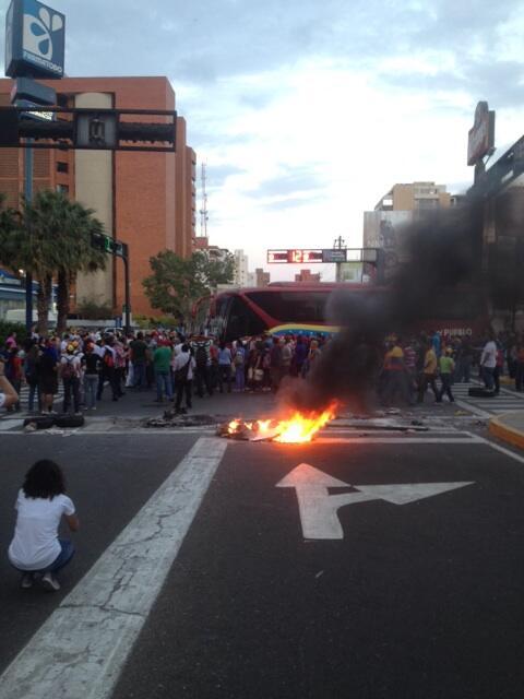 A esta hora 6:20pm  #Maracaibo calle 72 con av. Bella Vista @NTN24 #conclusiones http://t.co/LuO4gd6nGS