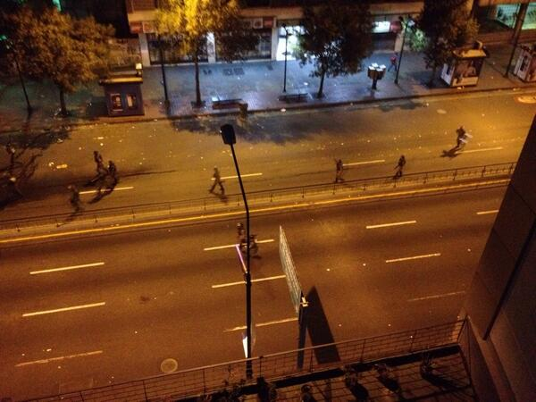 La GN arremete contra los manifestantes en Chacao con gas lacrimógeno y la ballena. Caos en av Fco Miranda http://t.co/idz0nmJlDB