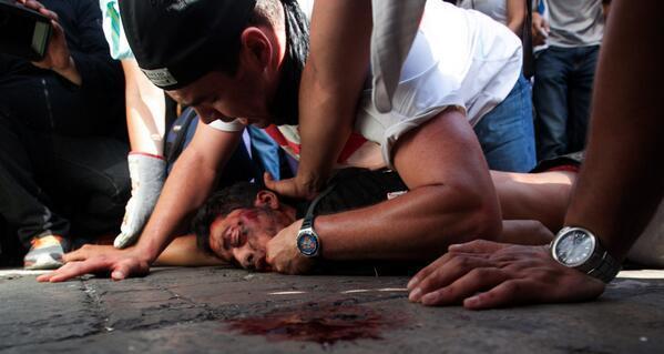 IRONIAS?.Roberto (EscualidoReload) Ayudando al 1er estudiante asesinado Mi nino hasta en este momento fuiste VELIENTE http://t.co/OdJSo5UG4K