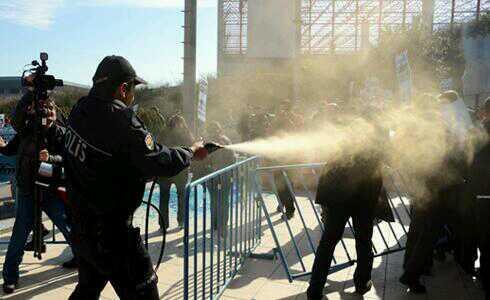 Günün fotoğrafı. HES'lere hayır, dereler özgür aksın diyenlere biber gazı. http://t.co/qBlFdE3Hx7
