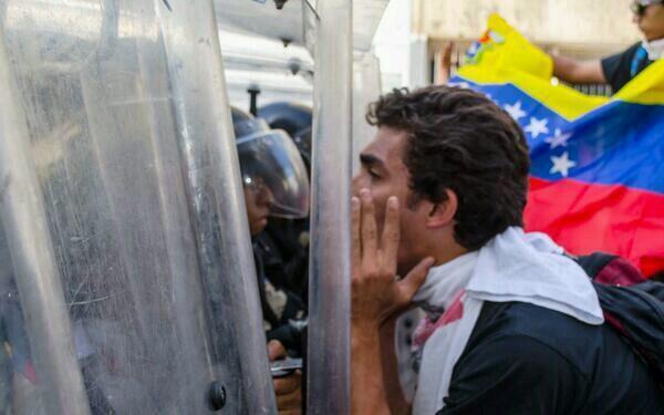 """Este valiente chamo gritaba a los policías: """"pana, tu y yo somos venezolanos!!"""" http://t.co/vJVZAMYuw9"""