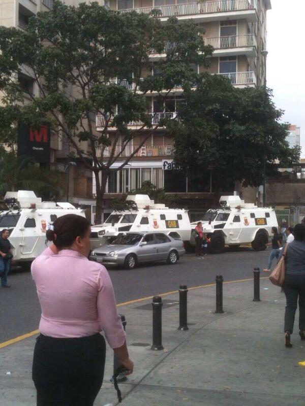 A esta hora en #Chacaito #Caracas tanquetas de la GN prestas a reprimir cualquier manifestación de #Estudiantes http://t.co/8e2cNNsi9a