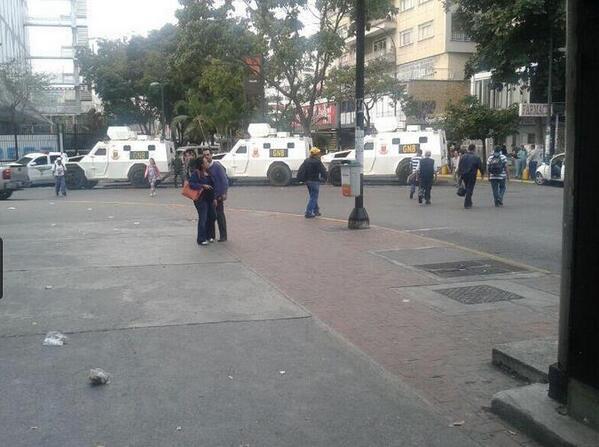 Tanquetas de la GNB rodean Chacaito (Fotos) http://t.co/U4JVSJApg5 #acn http://t.co/kpHL5KSccF