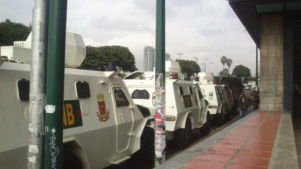 Tanquetas de la GNB en las inmediaciones de Plaza Venezuela #Caracas @CNNEE @cafecnn  @fdelrinconCNN @alejandraoraa http://t.co/yb8Oz7ymgc