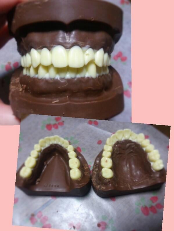 明日はバレンタインなのでチョコを作りました!!!!!歯科系の学校に通ってるので入れ歯チョコです!!!!!上顎下顎両方だぜ!!!!!家族からは大不評でした!!!!!明日学校に持っていくからみんな残さず食えよ!!!!!