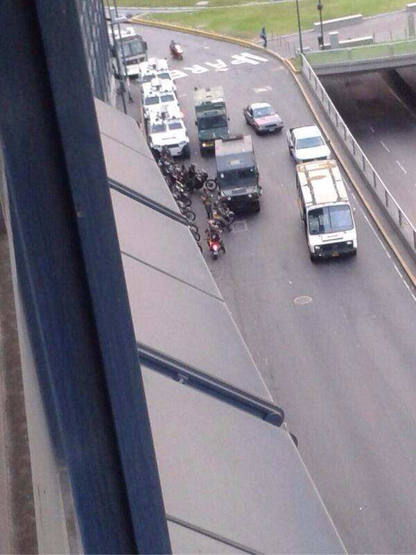 Las tanquetas de la GNB a esta hora en Plaza Venezuela (7:00am) vía @RCTVenlinea http://t.co/O20rYiM9yC