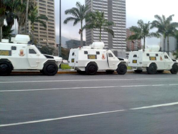Plaza venezuela a esta hora está rodeada de tanquetas. http://t.co/jU6Dd7M5sD