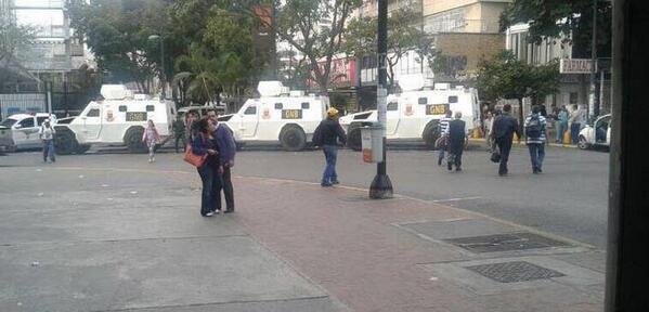 #EnLaCalle Fotos: Chacaito amanece rodeada por tanquetas de la GNB  http://t.co/CRJ3B4SBMU http://t.co/J4iJXLZ9IR