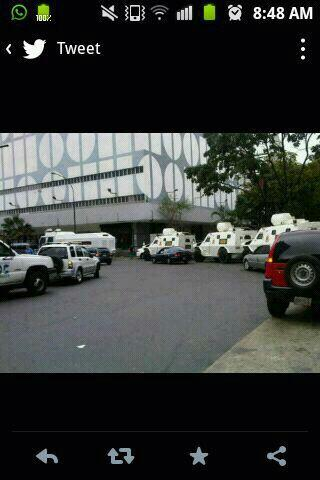 Tanquetas de la GNB en Beco de Chacaito, mañana del jueves 13 de feb http://t.co/8h5j5w9Fca