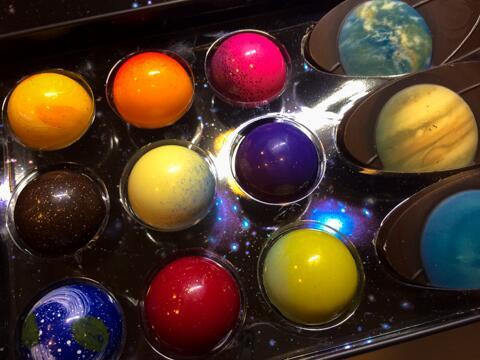 惑星をかたどったチョコ。ちなみに惑星と書いて「ほし」と読みたい。カッコイイから。 pic.twitter.com/PW5thWjTd4