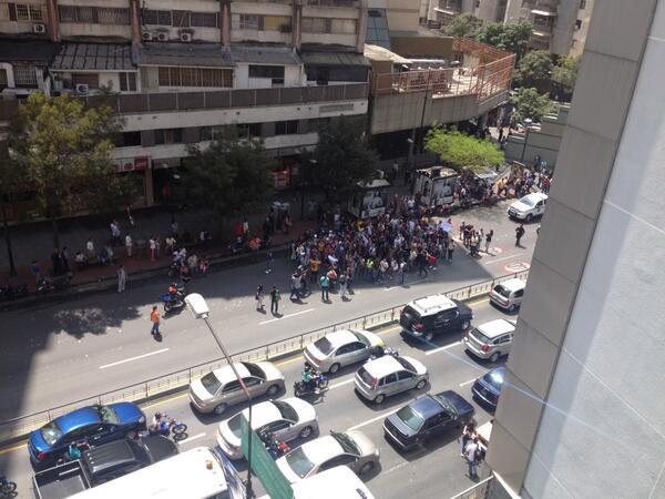 Estos chamos no tienen miedo. Los estudiantes vuelven a la av Fco Miranda en Chacao, donde ayer mataron a un joven http://t.co/I82mg14xjE
