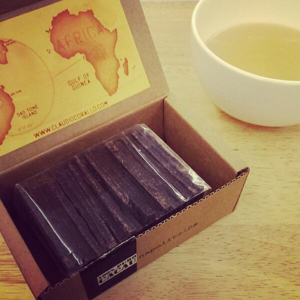 以一盒自友邦帶回的巧克力、一杯熱茶, 感謝我的牽手,也祝福天下相愛之人「情人節快樂」! http://t.co/CXRBIwKSkd