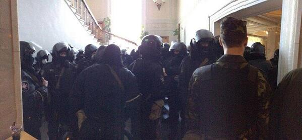 В Раду запустили силовиков с автоматами